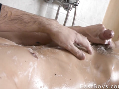 Amateur gay relaxes and masturbates in the bath